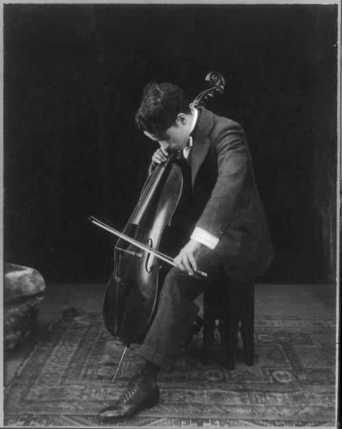 Chaplin con su violonchelo