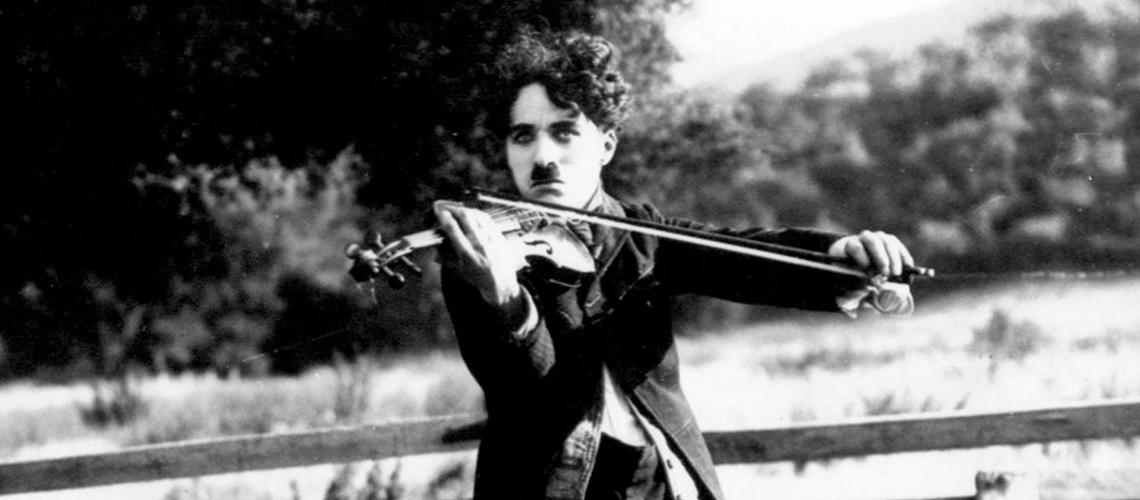 Charles Chaplin con violín