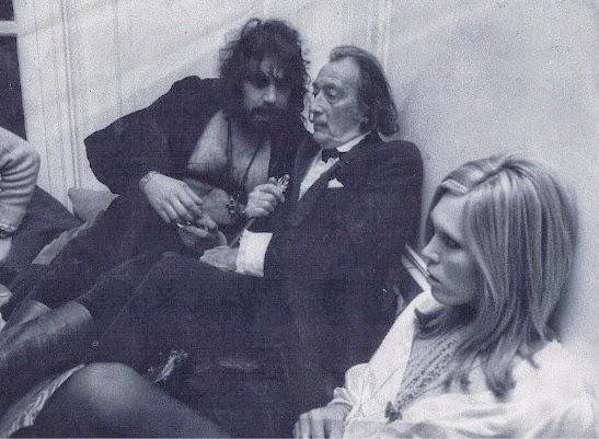 Vangelis con Salvador Dalí y Amanda Lear (protegida, acompañante y musa de Dalí, que se la relacionó con Brian Jones, David Bowie y Bryan Ferry) en 1972